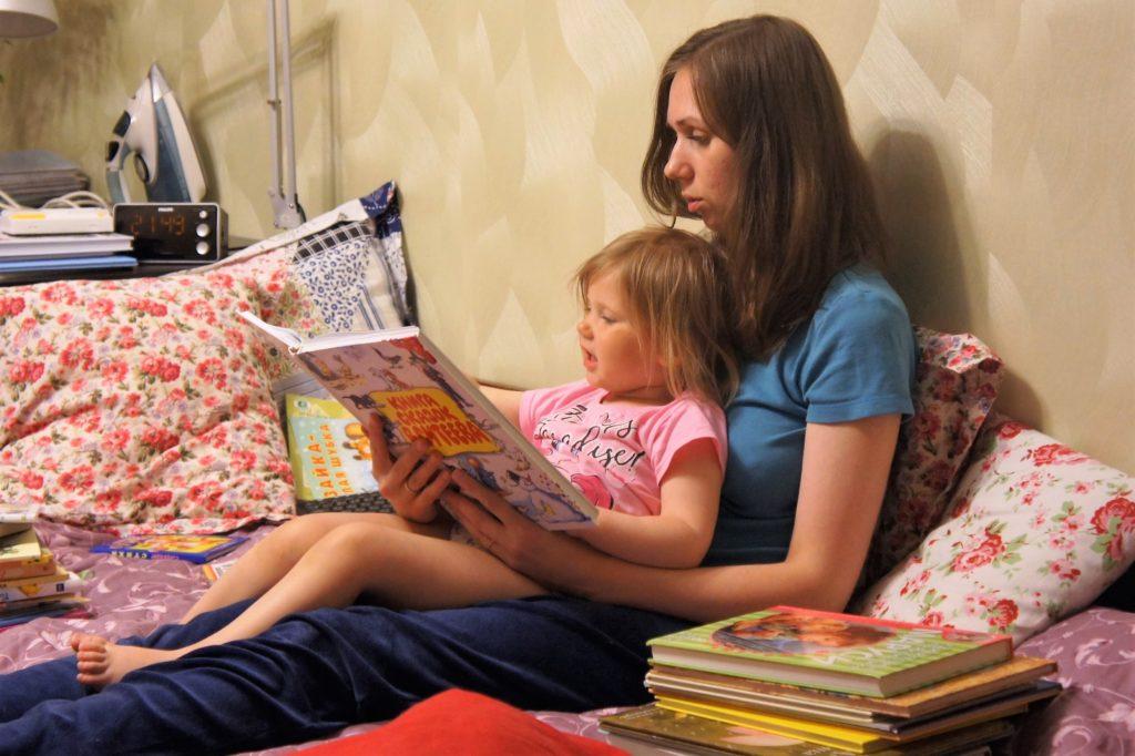 Выбираем книгу ребенку. Что почитать ребенку. Волшебная атмосфера для чтения. Мама читает вслух интересную книгу с удовольствием | Мир в слове. Блог о том, как привить ребенку любовь к чтению