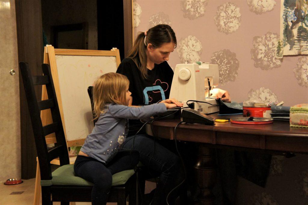 С дочкой можно шить одежду для кукол | Мир в слове. Блог о том, как привить ребенку любовь к чтению
