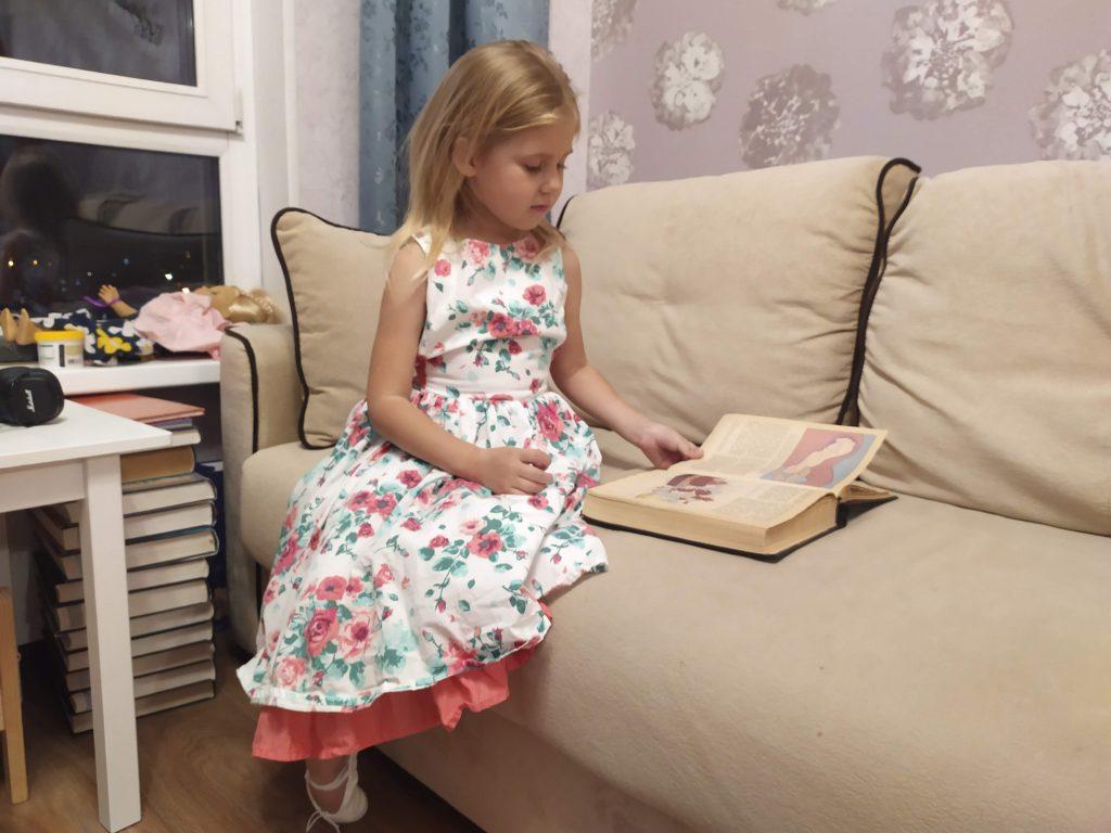 Ребенок любит рассматривать книжки и играть, как будто она читает | Мир в слове. Блог о том, как привить ребенку любовь к чтению